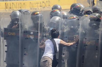 Los efectivos trataron de evitar el avance de la protesta.