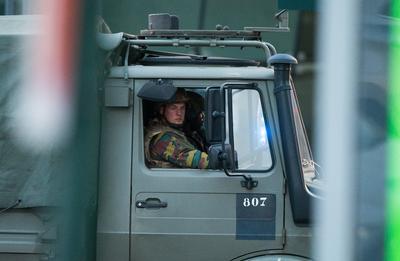 """Según un agente y varios testigos presenciales citados por la agencia Belga, el hombre gritó """"Alá es grande"""" antes de la explosión, y portaba un cinturón de explosivos."""