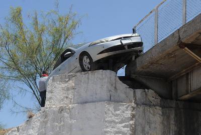 El vehículo quedó atorado a cinco metros de altura.