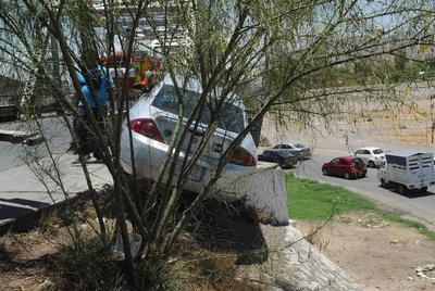 Por espacio de 45 minutos en que las autoridades maniobraron para retirar el vehículo del área, fue cerrada la circulación de los carriles que dirigen de Gómez Palacio a Torreón.