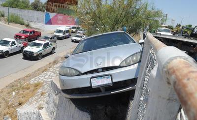 Fue al no lograr girar el volante que Andrés perdió el control de su vehículo para luego salirse de la carretera y quedar atorado entre las estructuras metálicas del puente que une Gómez Palacio con Torreón a 5 metros de altura.