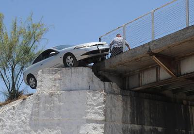 Debido a una falla mecánica en su Cougar modelo 1999 en color gris y engomado de Onappafa, el volante se puso rígido, impidiendo que el chofer maniobrara.