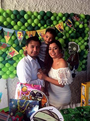 22062017 DE FIESTA.  Daniel con Christian Nájera y Lizandra Solís.