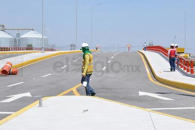 En la parte que le corresponde a Coahuila del puente Falcón construido sobre el río Nazas y terminado desde hace mas de cuatro meses.