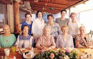 24062017 LA FOTO DEL RECUERDO.  Educadoras festejan 40 años de amistad.