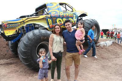 Familias enteras no dudaron en tomarse la fotografía del recuerdo a con las Monster Truck de fondo.