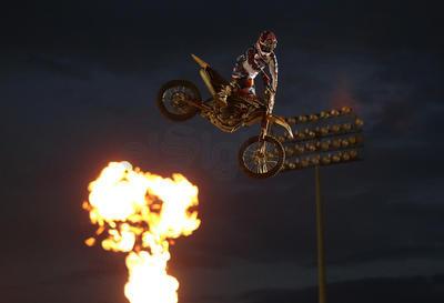 Los pilotos de freestyle de motocros se robaron los aplausos con sus evoluciones en el aire.