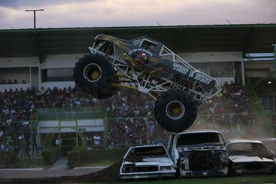 Las camionetas monstruo se encargaron de aplastar cada vehículo que se encontraba.