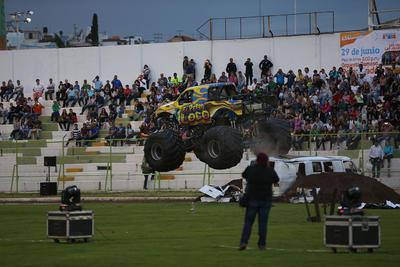 Imponentes actos acrobáticos robaron la atención de grandes y pequeños.