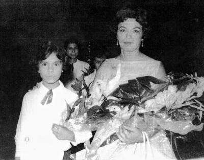 25062017 Gloria Valles con su maestra, Socorro Canales, en la Escuela Benito Juárez.