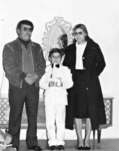 25062017 Sergio Silva Castro en su primera comunión en 1983. Lo acompañan sus padrinos, Gabriel Castro y Ma. de los Ángeles Ibarra.