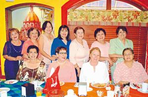 26062017 CELEBRA SU CUMPLEAñOS.  Ángeles, Socorro, Mayela, María Elena, Marce, Lety, Anita, Rosa Velia, Cuquita y Lety festejando el cumpleaños de Gloria.