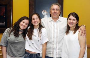25062017 CONCLUYE UNA ETAPA.  Sabrina Lozada en su graduación de preparatoria acompañada de su papá, Nelson Lozada, y sus hermanas, Samantha y Arantza.