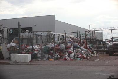 La basura no se puede trasladar como se recolecta al relleno sanitario; antes se debe seleccionar para quitar todo lo que se puede reciclar.