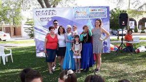28062017 CUMPLE DOS AñOS.  Farah Rodríguez Santos tuvo como invitados especiales al Show de La Bella y La Bestia para divertir a sus invitados en su fiesta de cumpleaños. En la imagen, la acompañan su mamá, Diana Jaqueline Santos de Rodríguez, y su hermana, Romina.