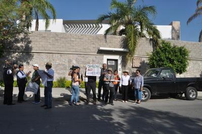 Ciudadanos protestaron en el exterior de la Casa de Gobierno de Coahuila, ubicada en Torreón Jardín.