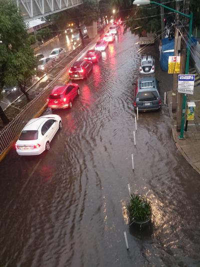 El tráfico no se hizo esperar tras la fuerte lluvia.