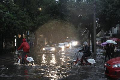 Ciclistas y peatones afectados por la lluvia en CDMX.