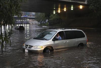 Los autos no podían circular debido a la inundación.