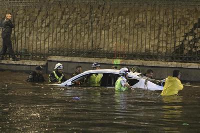 Algunos vehículos se vieron afectados por las inundaciones, donde personal de rescate tuvieron que retirarlos de las lluvias; sin embargo, no se reportaron afectaciones humanas.