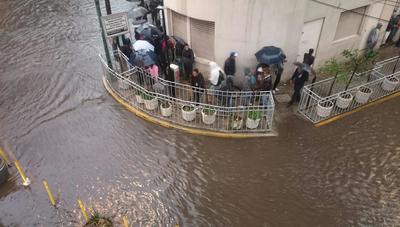 El desbordamiento de Rio Hondo en Naucalpan provocó inundaciones en decenas de casas de los fraccionamientos Pastores y Echegaray, así como en las avenidas 16 de Septiembre y Periférico Norte.