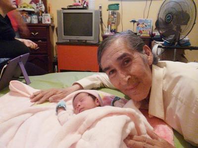 29062017 Arturo con su nieta, Victoria.