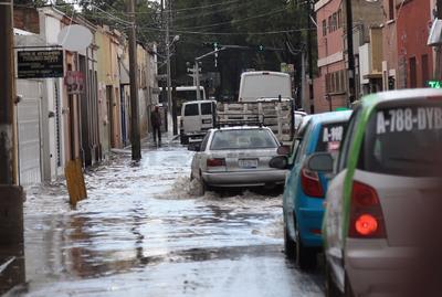 Las calles aledañas a Dolores del Río presentaron fuertes encharcamientos.