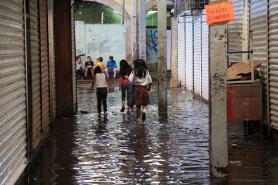 El nivel del agua al interior del Excuartel Juárez, registró algunos centímetros, por lo cual fueron cerrados alguno locales.