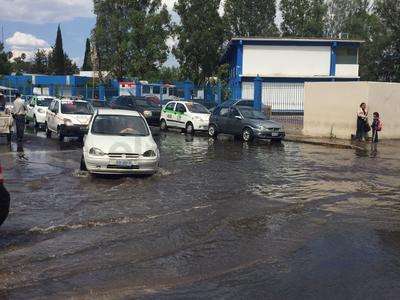 Los alrededores de la clínica No. 1 del IMSS se vio afectada por el paso del agua.