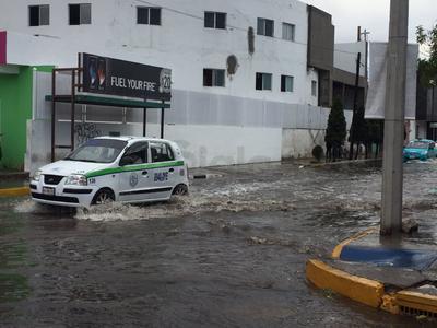 En bulevar Dolores del Río y calle aledañas el nivel del agua fue considerable.