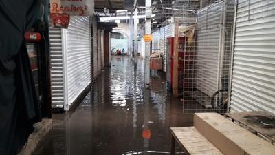 El drenaje del Excuartel Juárez no soportó y brotó agua de los registros.