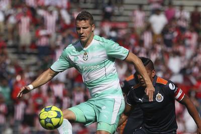 Ulises Rivas fue el medio de contención, en tanto que como volantes se desempeñaron Gael Sandoval y Osvaldo Martínez, dejando en el eje del ataque a Tavares, Lozano y Julio Furch.