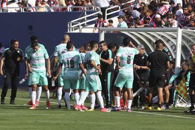 """La novedad en la zaga albiverde, fue la presencia de Jorge """"Chatón"""" Enríquez y Diego de Buen, quienes arrancaron el duelo como defensores centrales."""