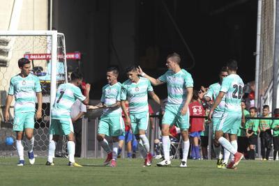 Los goles de Santos Laguna corrieron a cargo de Djaniny Tavares y Brian Lozano en la parte inicial, donde fue expulsado el técnico José Manuel de la Torre, además de Ronaldo Cisneros, Emiliano Armenteros (penal) y Ulises Dávila, en el complemento.
