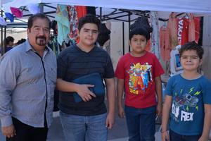 03072017 EN FAMILIA.  Roberto Fernández acompañado de sus nietos.