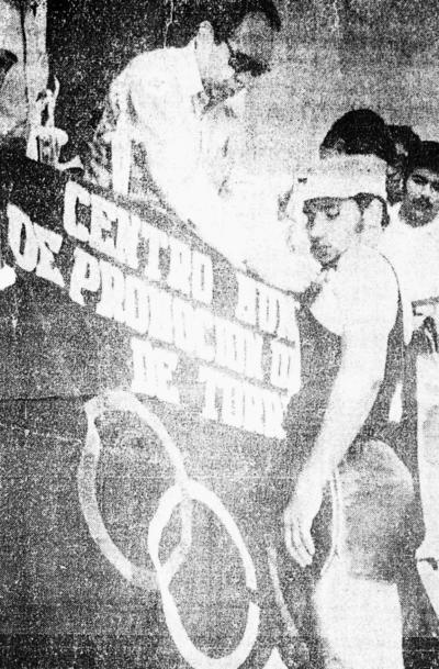 02072017 El atleta lagunero de la carrera olímpica de 5 mil metros, Mtro. Antonio Lozoya Pérez, recibiendo la medalla a la que se hizo acreedor, de manos del Lic. Mariano López Mercado, en representación del Alcalde de Torreón, Sr. Juan Abusaid Ríos, en 1968.