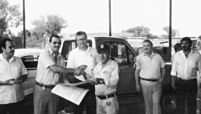 02072017 Entrega de diplomas al personal de almacén divisional de CFE en agosto de 1991: Enrique Córdova (f), Rubén Echeverría (f), Gonzalo y Humberto Márquez (f) y Juan Meraz (f).