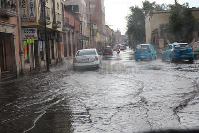 Según las autoridades, el abandono de basura en las calles es la principal causa de inundaciones en la capital.