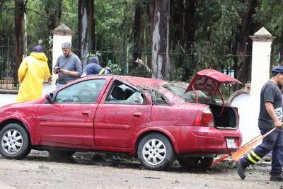 Accidentes viales originados por las fuertes inundaciones en el estado.