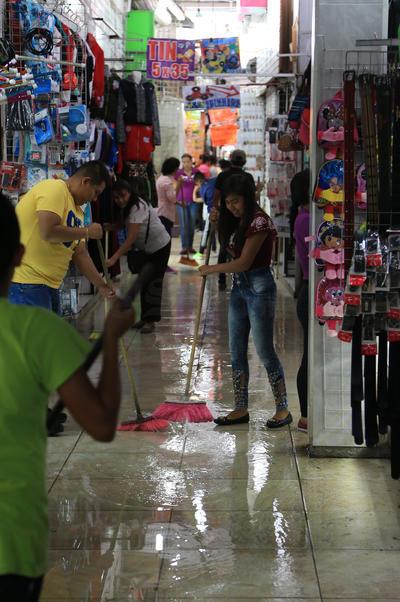 El alto flujo de peatones, la intensa actividad comercial y la falta de cultura en ambos sectores, es motivo de problemas cuando de lluvias se trata.