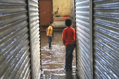 Los encharcamientos severos de la semana pasada en la zona del Excuartel Juárez y Campo Deportivo, habrían sido provocados, de nuevo, por imprudencia ciudadana y no por incapacidad gubernamental.