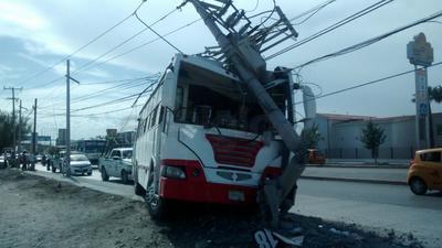 El accidente fue protagonizado por un autobús de pasajeros que se impactó contra un poste de concreto de la Comisión Federal de Electricidad.