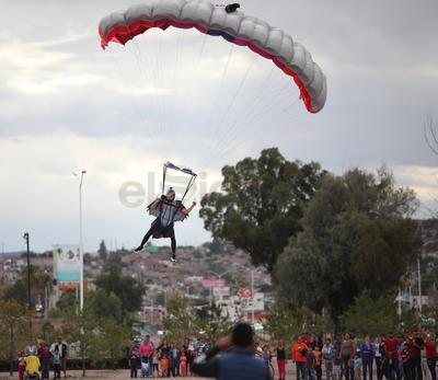 Se lanzaron nueve personas entre ellas Juan Manuel Saavedra, un mexicano considerado como uno de los mejores cinco paracaidistas del mundo.