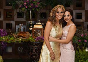 06072017 A UNOS PASOS DEL ALTAR.  Sofía Escalante González con su mamá, Nora González de Escalante, en su fiesta de despedida.