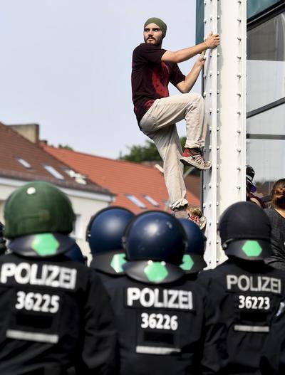 Prosiguen las protestas y los intentos de bloqueo contra la cumbre del G20 en esta ciudad del norte de Alemania, informaron fuentes policiales.