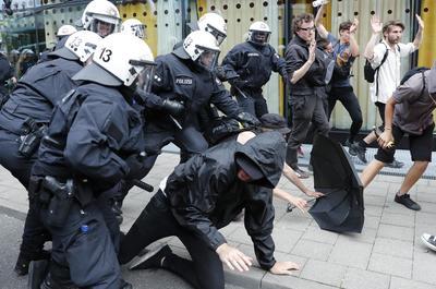 """La Policía de Hamburgo ha pedido refuerzos de efectivos antidisturbios de otras partes del país, informó el semanario """"Der Spiegel"""", para impedir nuevas protestas violentas hasta el final de la reunión de los líderes mañana, para cuando está convocada una manifestación masiva de protesta."""