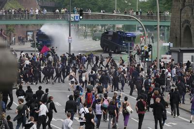 Grupos de hasta 200 manifestantes protagonizaron sentadas para tratar de bloquear los accesos al centro de congresos donde tiene lugar la cumbre, mientras la Policía hacía de nuevo uso de cañones de agua a presión y cargas con porras contra grupos identificables como violentos o enmascarados.