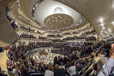 Casi cerrando la tarde, los líderes asistieron a un concierto en la Filarmónica del Elba.