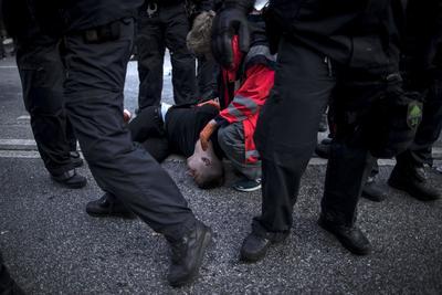 Hubo más de 150 agentes heridos y al menos 45 protestantes detenidos.
