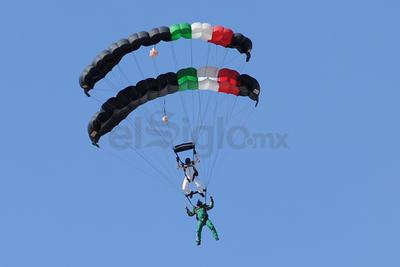 Las acrobacias aéreas, fueron efectuadas por miembros de la Fuerza Élite del Ejército.